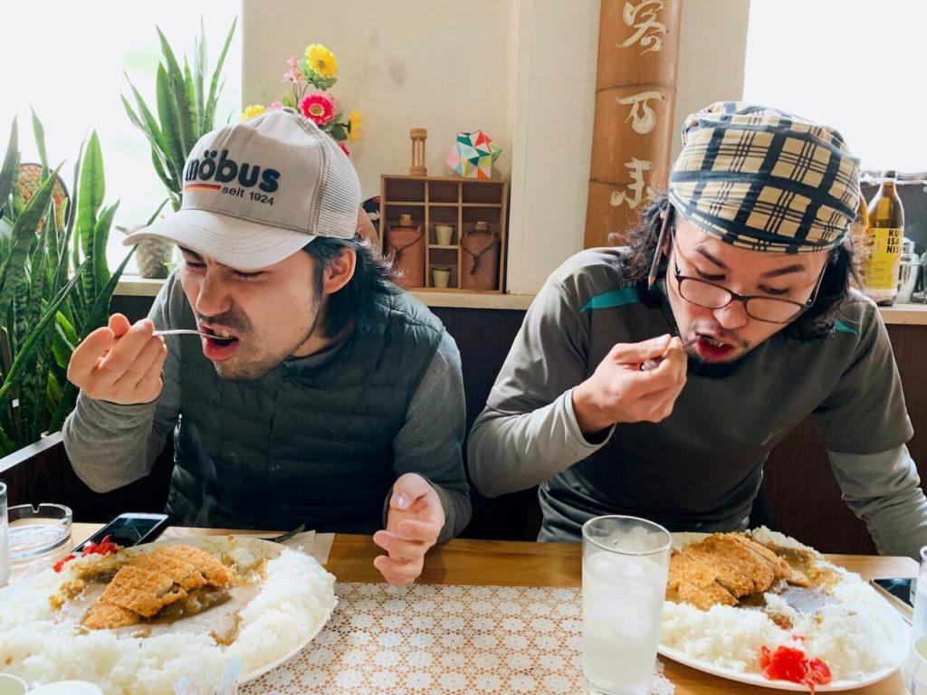 伊佐市_喫茶びっく_カツカレー食べる様子